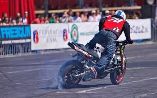 Как мотоцикл поднять на заднее колесо